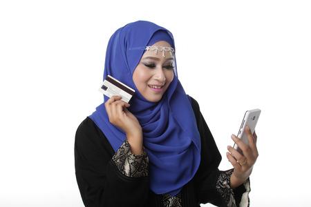 Maleisische Maleisische Maleisische vrouw met behulp van een slimme telefoon of mobiele telefoon om online te winkelen Stockfoto