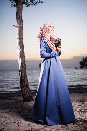 femmes muslim: femme musulmane posant pour la mode avec une belle vue sur le coucher