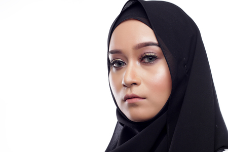 femme musulmane: Asian beautiful muslimah woman with natural face expression on white background