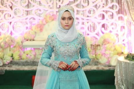 una bella donna malay alla cerimonia di nozze con la sposa in Malesia Archivio Fotografico