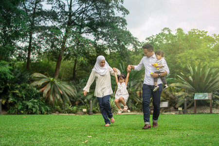 malay family having quality time in a park with morning mood 版權商用圖片 - 108425209