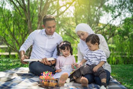 familia malaya pasar tiempo de calidad en un parque con humor matutino Foto de archivo