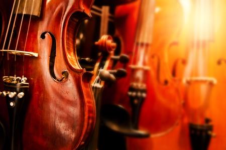 orchester: Eine verbesserte Nahaufnahme Bild der alten Geigen Lizenzfreie Bilder