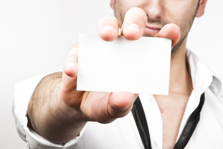 muscle shirt: Imagen de un hombre de negocios joven y sexy mostrando su tarjeta de visita en blanco