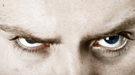 jefe enojado: ojos rubia joven hombre con entrecejo azul cerca cultivos