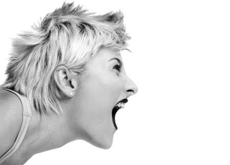 ni�a gritando: Imagen aislado de una chica rubia de punk gritando en un micr�fono