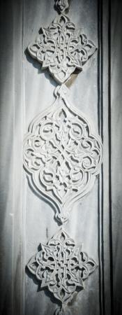 arabische letters: Een prachtig kunstwerk, Turks marmer houtsnijwerk met florale patronen en motieven en prachtige kalligrafie
