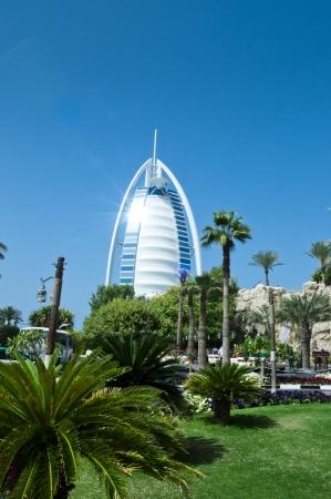 DUBAI - 27 de febrero Burj Al Arab - en el hotel de lujo de 321 m se encuentra en la isla artificial, 21 de febrero 2012 la playa de Jumeirah, Dubai, Emiratos �rabes Unidos
