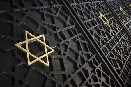 estrella de david: Cerca de la puerta de entrada de la sinagoga ornamento Foto de archivo