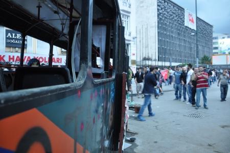 clash: ESTAMBUL, Turqu�a - 01 de junio 2013: protestas Gezi Parque de manifestantes Istanbul.Turkish enfrentamiento policial bajo un uso excesivo de la violencia y el gas lacrim�geno. Una peque�a manifestaci�n se convirti� en un levantamiento nacional