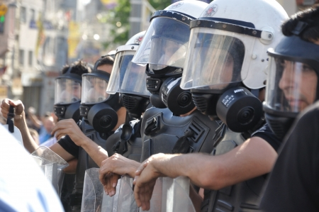 desprecio: ESTAMBUL, Turqu�a - 31 de mayo de 2013: Parque Gezi protesta p�blica contra el gobierno se extendi� a todo el pa�s. 31 de mayo 2013, Estambul Editorial