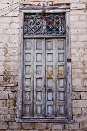 heads old building facade: Antique wooden door