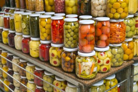 encurtidos: Un mont�n de frascos de encurtidos que se venden en un mercado p�blico