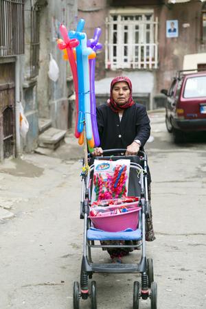 emigranti: quartiere di Tarlabasi, Istanbul, Turchia Editoriali