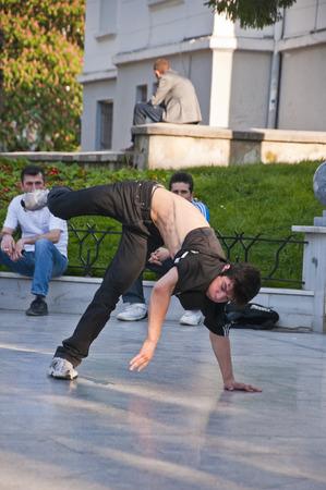 niños jugando en el parque: Los jóvenes que realizan la danza de la calle en la Plaza Heykel, el centro de la ciudad de Bursa, Turquía