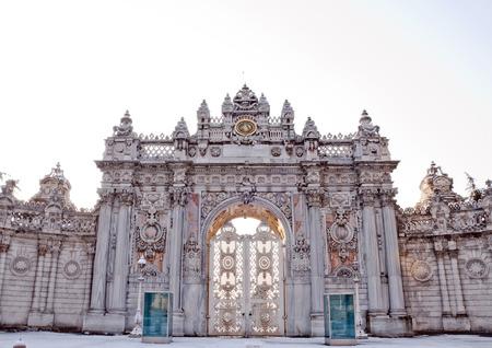 arredamento classico: Il cancello storica del Palazzo Dolmabahce, dove Ataturk scomparso, un meraviglioso pezzo di architettura classica