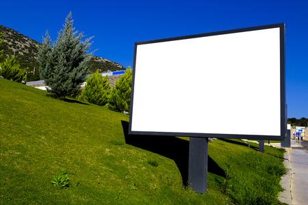 緑の草にブランクの看板