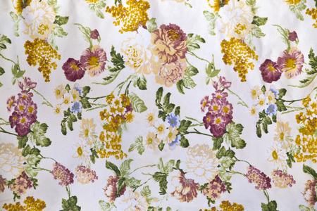 Fragment van kleurrijke retro tapijtwerk textiel patroon met bloemen ornament nuttig als achtergrond Stockfoto