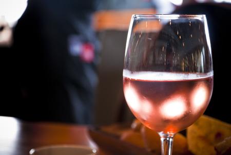bebiendo vino: Rose vino en la mesa de la cena