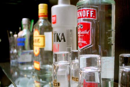 bebidas alcohÓlicas: Botellas de bebidas alcohólicas en el estante de la barra