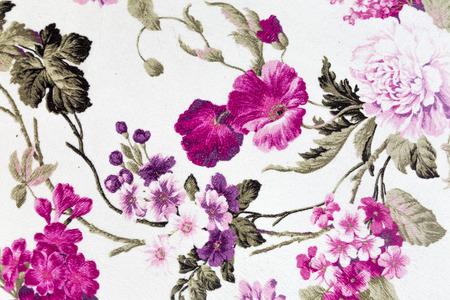 Fragment van kleurrijke retro tapijtwerk textiel patroon met bloemenornament nuttig als achtergrond Stockfoto