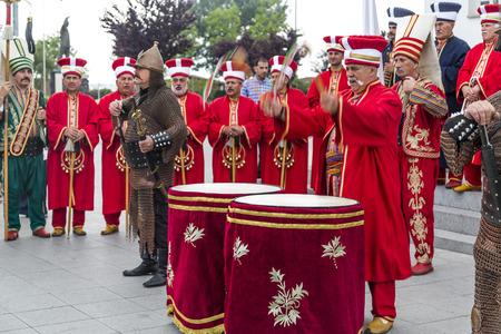 Yalova, Turquía - Junio ??3 de 2015: banda del ejército otomano tradicional tocando marchas antes de la reunión previa a las elecciones del Ahmet Davutoglu AKP en yalova el 3 de junio.