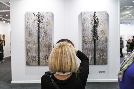 arte moderno: Estambul, Turquía - 13 de noviembre de 2015: Las personas que visitan la 10ª edición anual de la artshow contemporáneo celebrada en Estambul Lutfi Kirdar Convention Center, Estambul el 13 de noviembre.