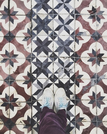 grunge: Standing on pattern floor