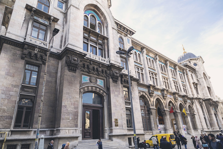 oficina antigua: Istanbul, Turkey - February 3, 2016: Exterior of the Grand Post Office and the former Ottoman Empire Ministry of Post building in Eminonu, Istanbul on February 3, 2016. Editorial