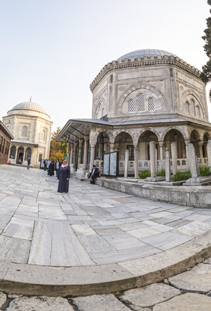 suleyman: Istanbul, Turkey - March 13, 2016: The memorial tomb of the legendary Ottoman sultan Suleiman the Magnificent in Suleymaniye mosque on March 13. Editorial