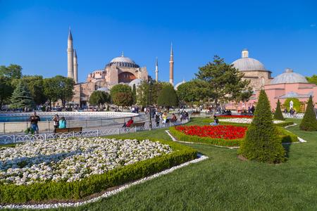 jardines con flores: Los turistas que visitan el Museo de Santa Sofía, uno de los hitos más importantes en Estambul. Construido como una catedral en el año 537 AD.