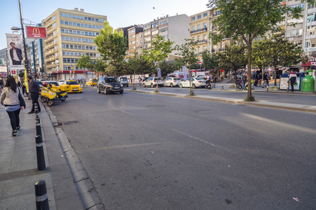 vida social: Estambul, Turquía - 8 de mayo 2016: el distrito Mecidiyeköy en parte europea de Estambul. La zona es conocida con torres de negocios y la vida social viva en el corazón de la ciudad. Editorial