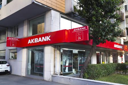 banco dinero: Estambul, Turquía - 24 de mayo 2016: Vista exterior de la rama Akbank Zincirlikuyu. Fundada en 1948, Akbank es uno de los mayores bancos de Turquía. Editorial