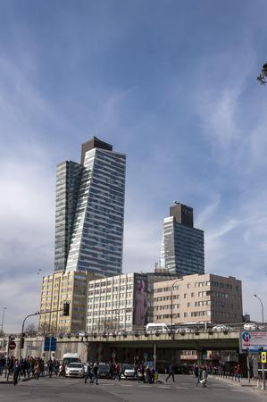 vida social: Estambul, Turquía - 3 noviembre 2016: el distrito Mecidiyeköy en parte europea de Estambul. La zona es conocida con torres de negocios y la vida social viva en el corazón de la ciudad.
