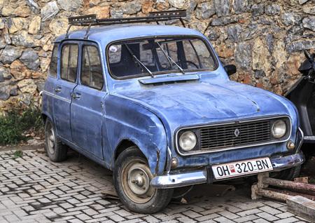 Ohrid, Macédoine - 7 avril 2017: voiture ancienne et obsolète garée dans une rue d'Ohrid, en Macédoine