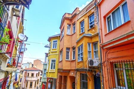 Istanbul, Turchia - 28 maggio 2017: Veduta di strada dal quartiere Balat di Fatih, Istanbul. Balat è uno dei quartieri più antichi di Istanbul con un interessante stile architettonico e la diversità sociale. Archivio Fotografico - 79206768