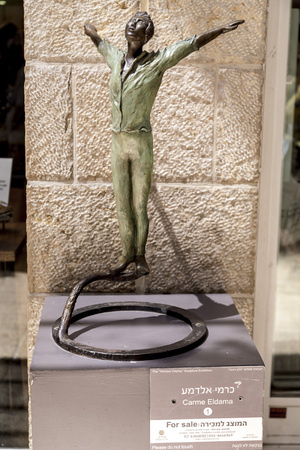 Jerusalem, Israel - June 15, 2018: Sculpture displayed at the shopping street of Alrov Mamilla Avenue near the Jaffa Gate of Jerusalem Old City, opened in 2007. 新聞圖片