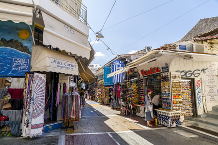 Athens, Greece - July 20, 2018: Shops and stalls at the old Flea Market in Athens, Greece. Ancient collectibles and vintage items can be found at the touristic market. Archivio Fotografico - 121225024