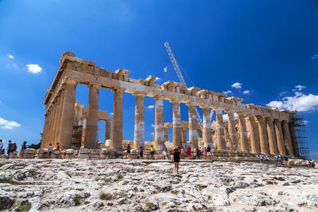 Atene, Grecia - 20 luglio 2018: Le antiche rovine ricostruite del Partenone e dell'Eretteo all'Acropoli di Atene, la capitale greca. L'Acropoli è un importante punto di riferimento storico.