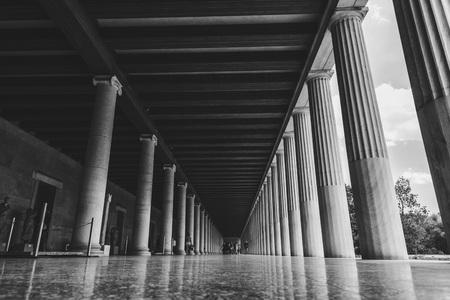 Ateny, Grecja - 20 lipca 2018: Stoa Attolos w Atenach. Ateny mają znaczące pozostałości starożytnej cywilizacji greckiej. Publikacyjne