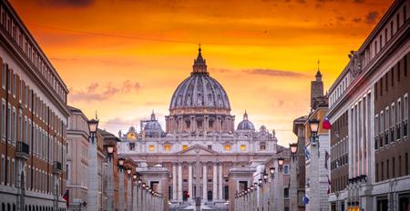 Außenansicht des Petersdoms in der Vatikanstadt, dem Herzen des katholischen Christentums Standard-Bild