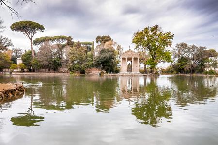 Tempio di Esculapios o Tempio Esculapio presso i giardini di Villa Borghese a Roma, Italia.