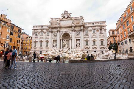 Rom, Italien - 5. April 2019: Der berühmte Trevi-Brunnen oder Fontana di Trevi auf der Piazza Trevi, Rom. Erbaut 1762, entworfen von Nicola Salvi.
