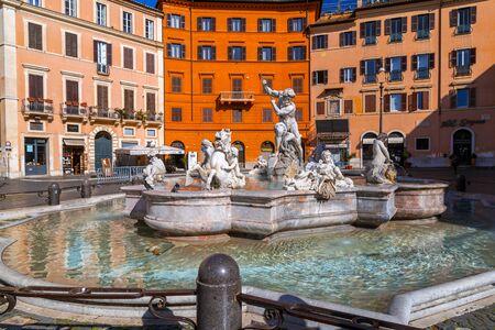 Rom, Italien - 5. April 2019: Stadtbild und generische Architektur aus Rom, der italienischen Hauptstadt. Navona-Platz.