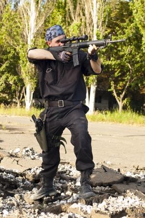 hombre disparando: Soldado con un rifle apuntando al objetivo