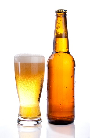 白い背景の上のビールの孤立したガラスとブラウン ボトル