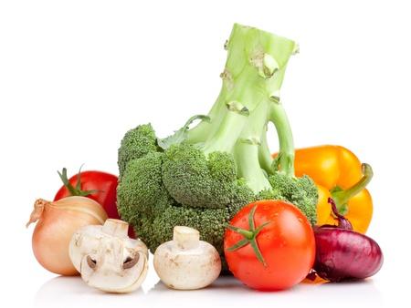 coliflor: Conjunto de hortalizas: brócoli, tomates, cebollas, ajo, perejil, champiñones y pimiento amarillo sobre fondo blanco