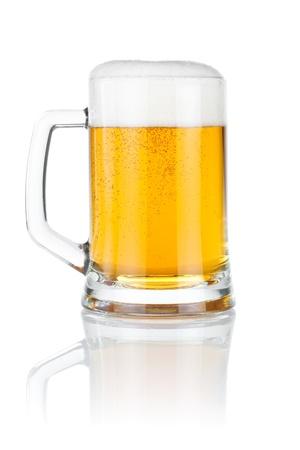 白色の背景上分離されたマグカップ新鮮なビール 写真素材
