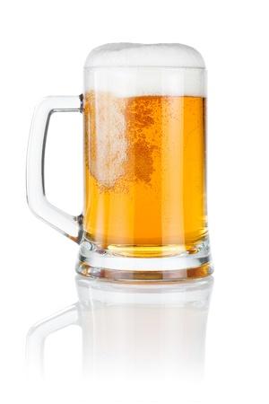 白い背景で隔離のマグカップに新鮮なビールを注ぐ
