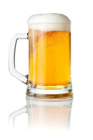 白い背景で隔離の泡のキャップと新鮮なビールをマグカップ 写真素材
